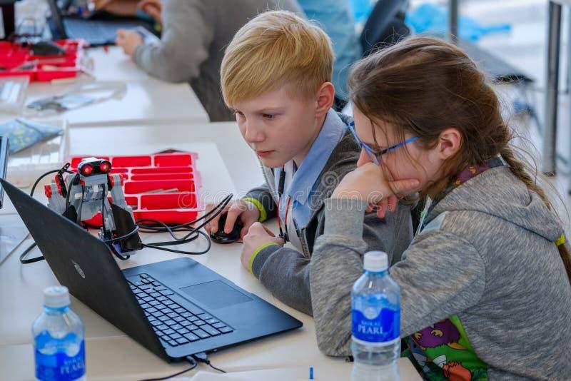 Les enfants apprennent comment programmer un robot chez Skolkovo photo libre de droits