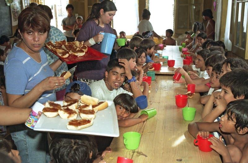 Les enfants argentins mangent dans une cuisine de soupe images libres de droits