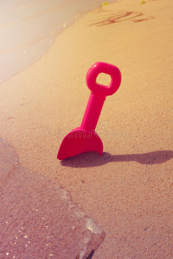 Les enfants barbotent pour le sable sur un concept de repos d'été de côte image libre de droits