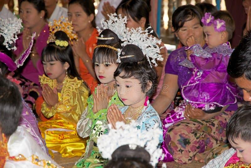 Les enfants birmans prient dans le temple de Manuha, Bagan, Myanmar photographie stock