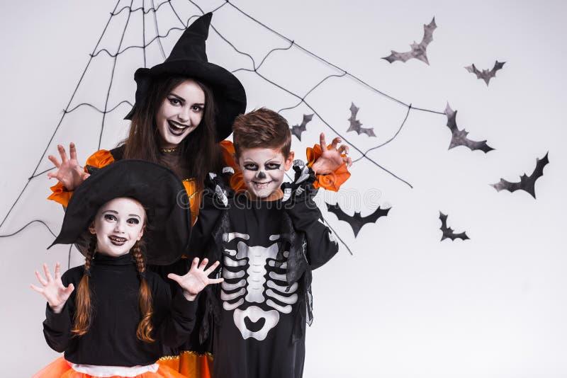 Les enfants célèbrent Halloween image stock