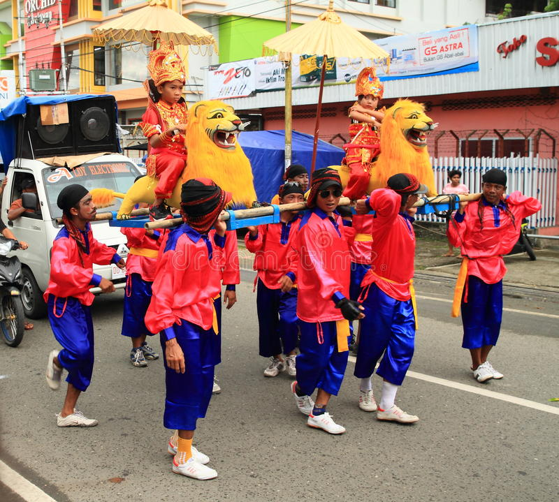 Les enfants chinois de Papuan ont continué des lions photo libre de droits