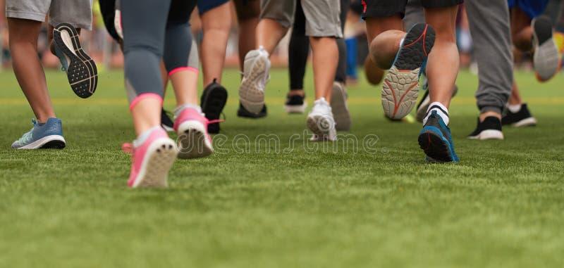 Les enfants courants, jeune course d'athl?tes dans des enfants courent la course images stock