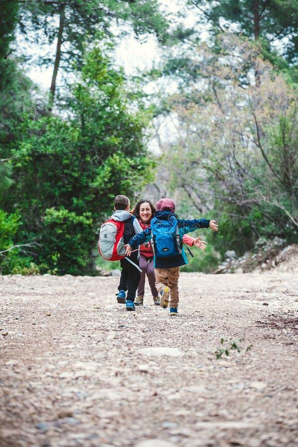 Les enfants courent pour enfanter photographie stock