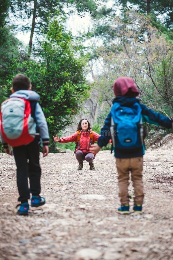 Les enfants courent pour enfanter photos libres de droits