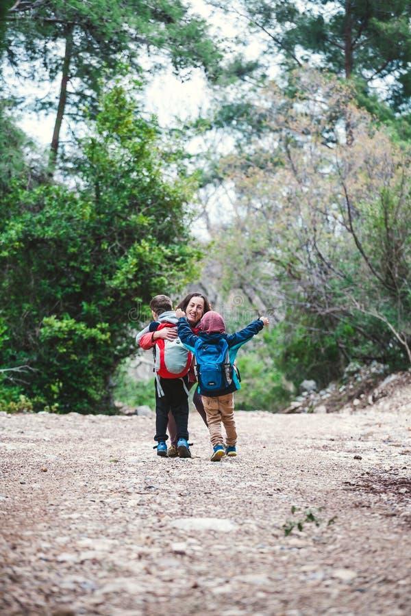 Les enfants courent pour enfanter photo stock