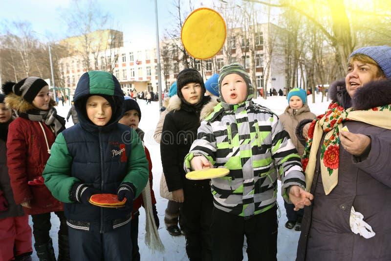 Les enfants d'école célèbrent la semaine de crêpe de Maslenitsa photos libres de droits