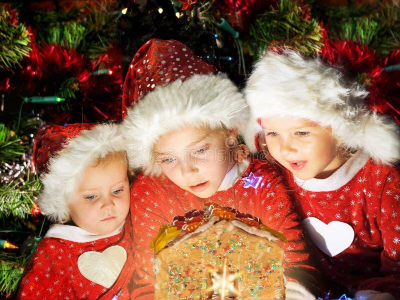 Les enfants dans des chapeaux de Santa ont Noël photos libres de droits