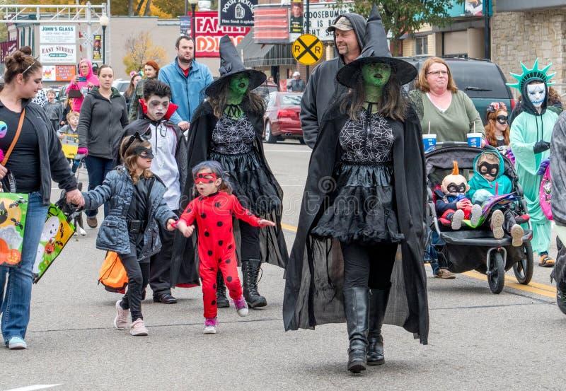 les enfants dans des costumes de Halloween sont l'en-masse pendant un événement de des bonbons ou un sort image libre de droits