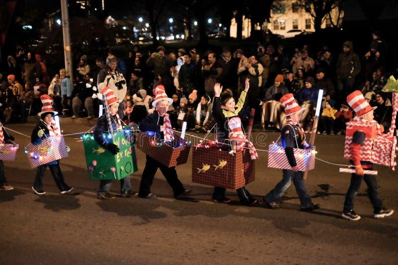 Les enfants dans des costumes orientés de Seuss marchent dans le défilé de vacances de l'Orégon photo stock