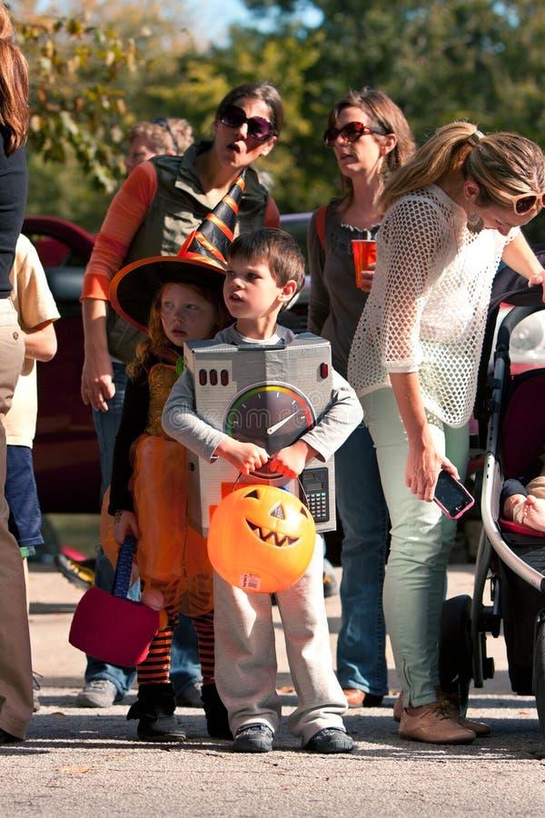 Les enfants dans des costumes sont prêts pour le défilé de Halloween images stock