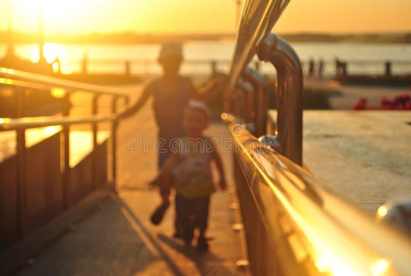 Les enfants dans le coucher de soleil photo libre de droits