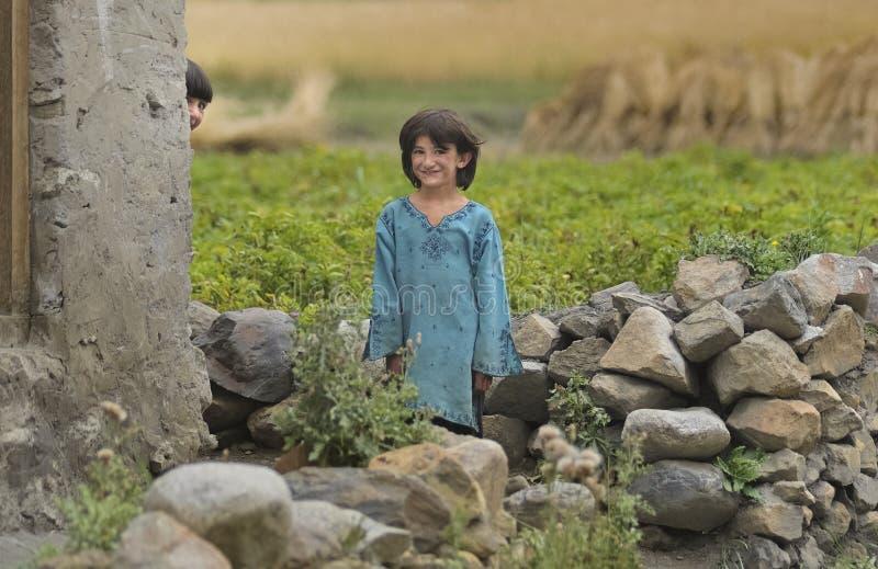 Les enfants dans le village de Shimshal jouent le cache-cache parmi les maisons images libres de droits