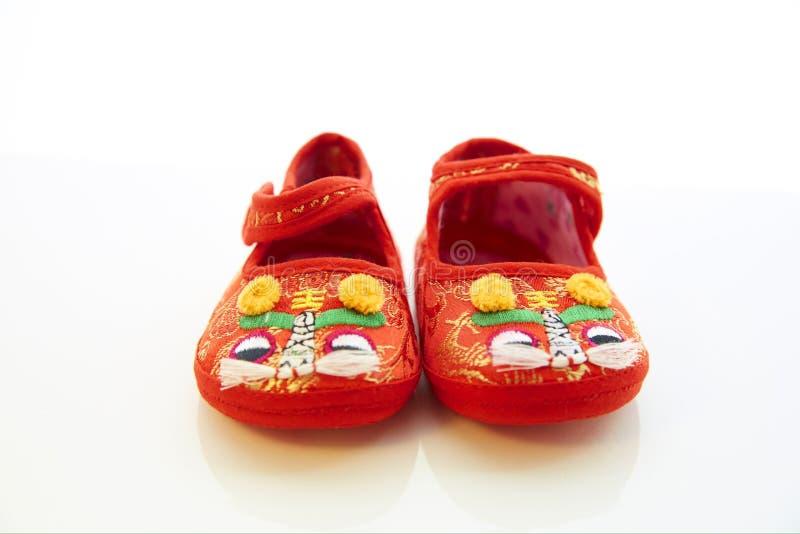 les enfants de fond ont isolé des chaussures de s blanches photo stock