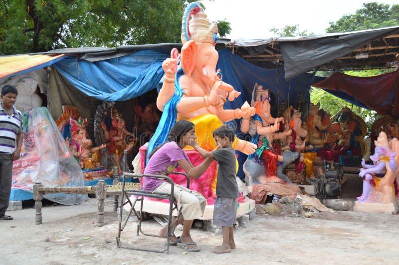 Les enfants de mêmes parents jouaient près de la statue de Lord Ganesha chez Hollywoodbasti, Ahmedabad photo stock
