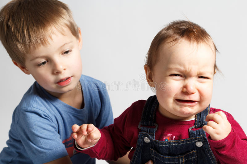 Les enfants discutent et pleurent photos libres de droits
