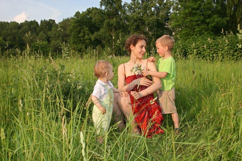 Les enfants donnent des fleurs de mère image libre de droits