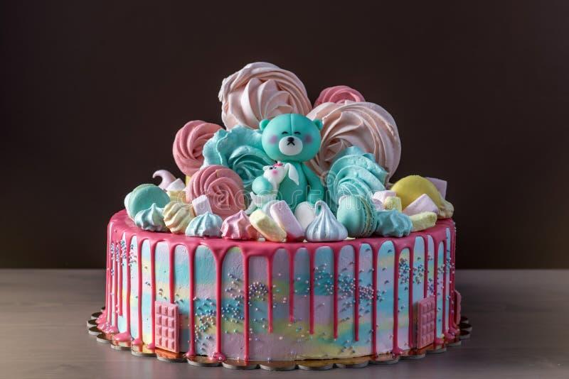 Les enfants durcissent décoré de l'ours de nounours et des meringues colorées, guimauves Concept des desserts pour les enfants d' photos stock