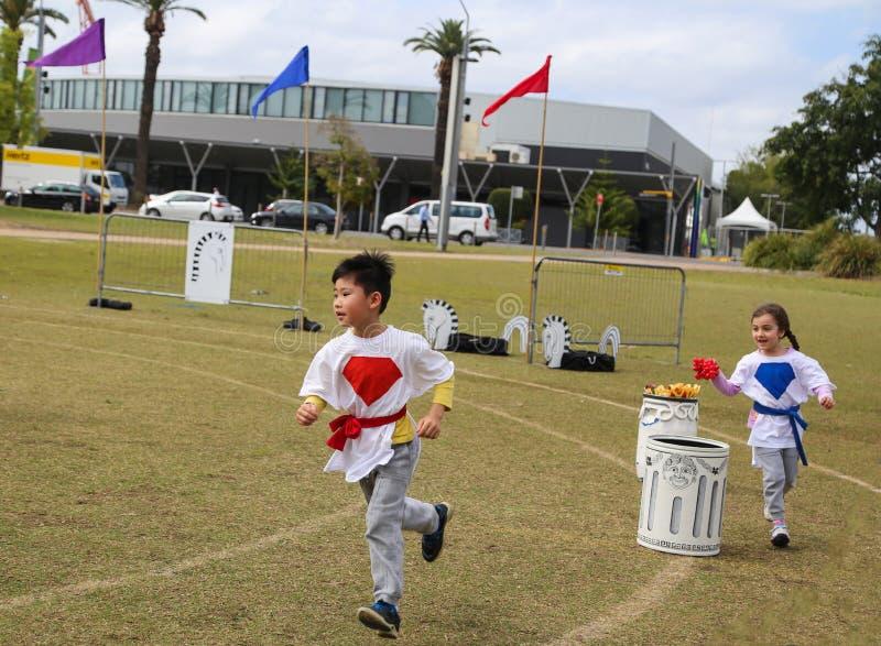 Les enfants emballant dans le stade de Sydney, australiaia images libres de droits