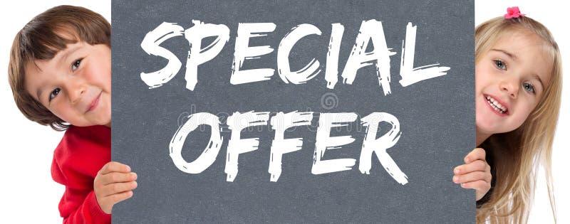 Les enfants en bas âge de vente au détail de boutique d'achats de vente d'offre spéciale badine images stock