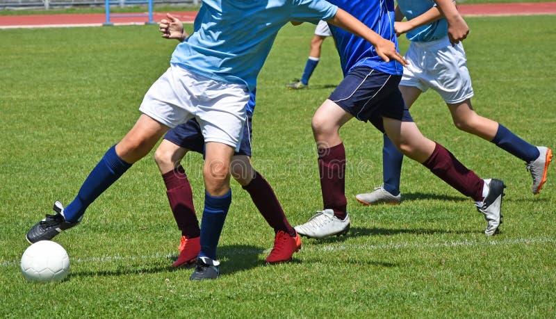 Les enfants en bas âge jouent le football photographie stock