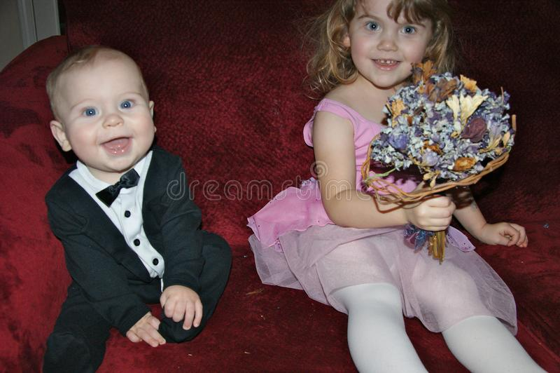 Les enfants en bas âge se sont habillés pour jouer le mariage  photo libre de droits