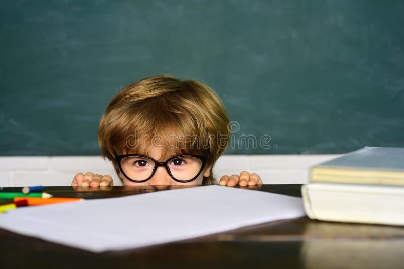 Les enfants est non prêt pour l'école Premier jour d'?cole ?tudiant de gar?on obtenant intimid? ? l'?cole Intimidation d'?cole photographie stock libre de droits