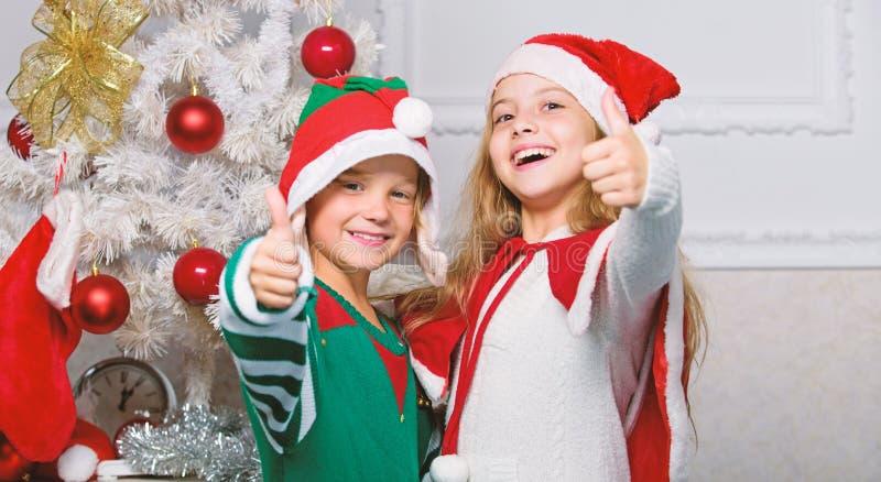 Les enfants fêtent joyeux Noël Les enfants costumes de Noël santa et elfe Concept de mascarade hivernale Les frères et soeurs prê photographie stock