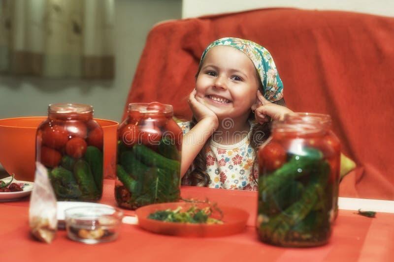 Les enfants font cuire des légumes pour l'hiver marchandises en bo?te photos stock
