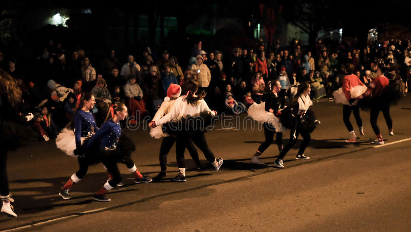 Les enfants font la danse de ballet de casse-noix dans le défilé de vacances photographie stock libre de droits