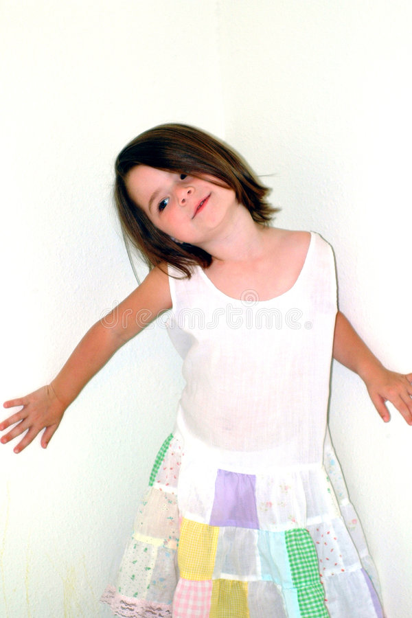 Les enfants frappent une pose image libre de droits