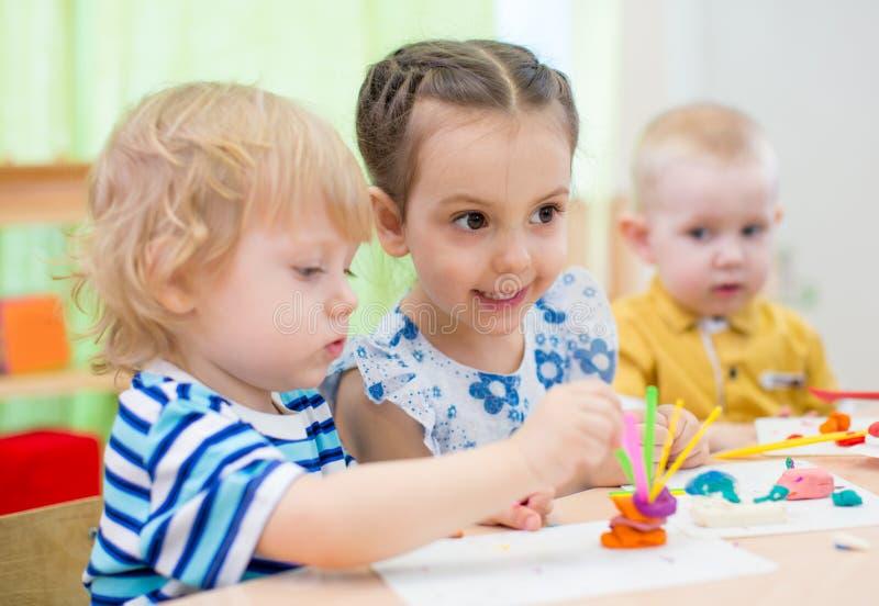 Les enfants groupent faire des arts et des métiers dans le jardin d'enfants photographie stock