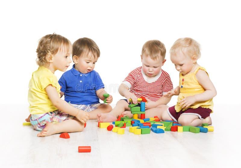 Les enfants groupent jouer des blocs de jouet Développement précoce de petits enfants images libres de droits