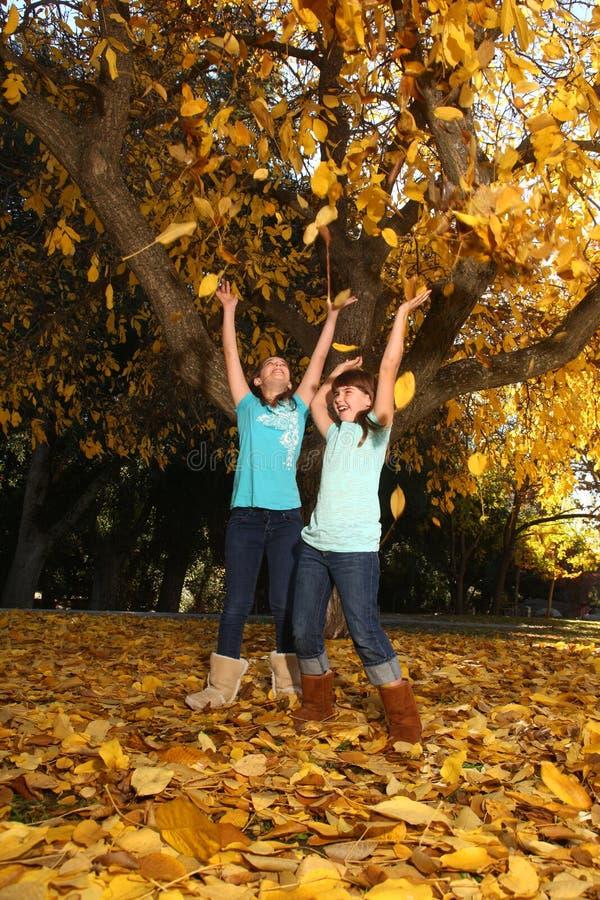 Les enfants heureux avec l'automne coloré part à l'extérieur images libres de droits