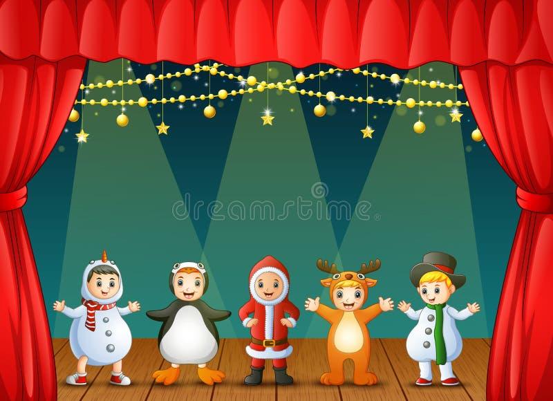 Les enfants heureux portant Noël costume l'exécution sur l'étape illustration libre de droits