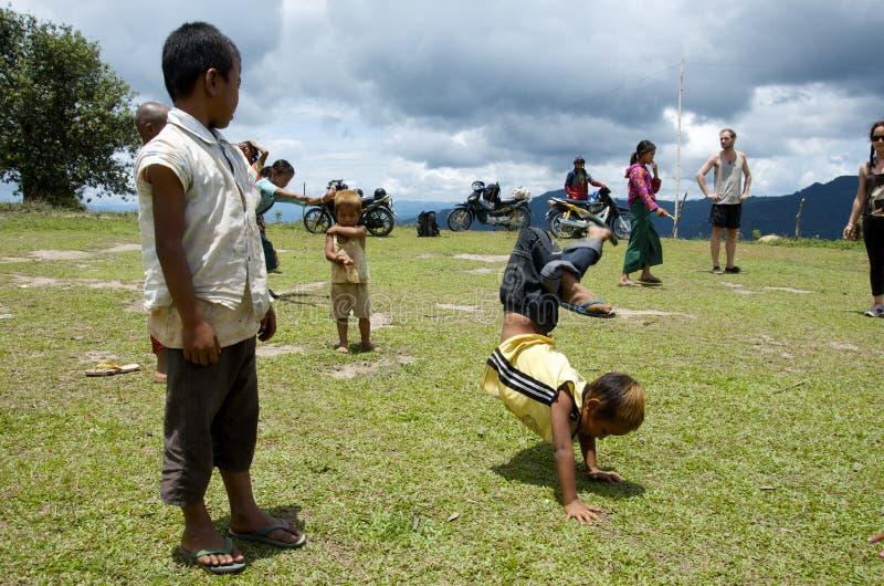 Les enfants jouant sur l'école mettent en place travailler aux headstands images libres de droits