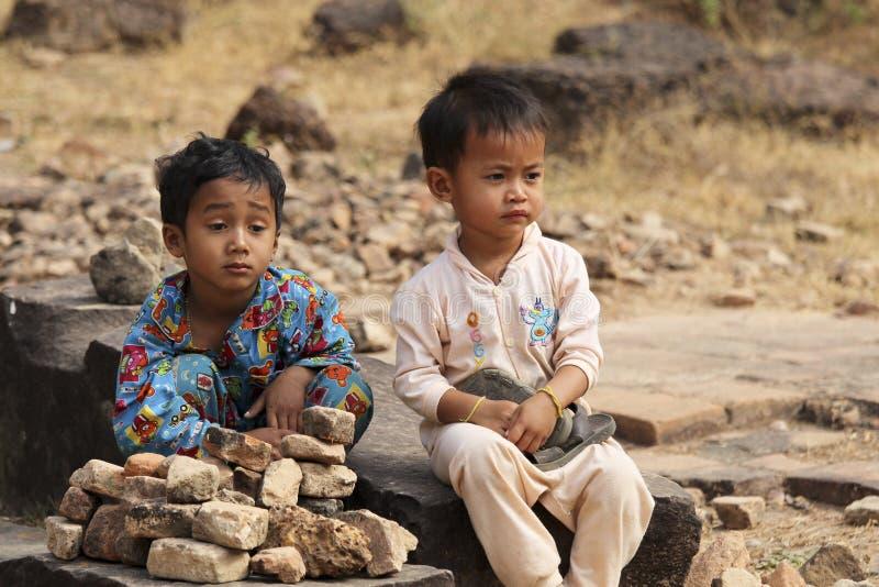 Les enfants jouants sans compter que le temple d'Angkor, Cambodge photo stock