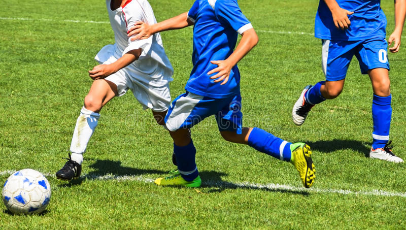 Les enfants jouent le football photo libre de droits