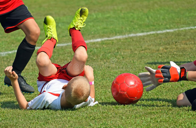 Les enfants jouent le football photos stock