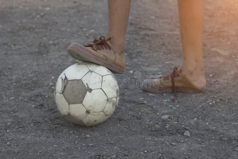 Les enfants jouent le football du football pour l'exercice le soir images libres de droits