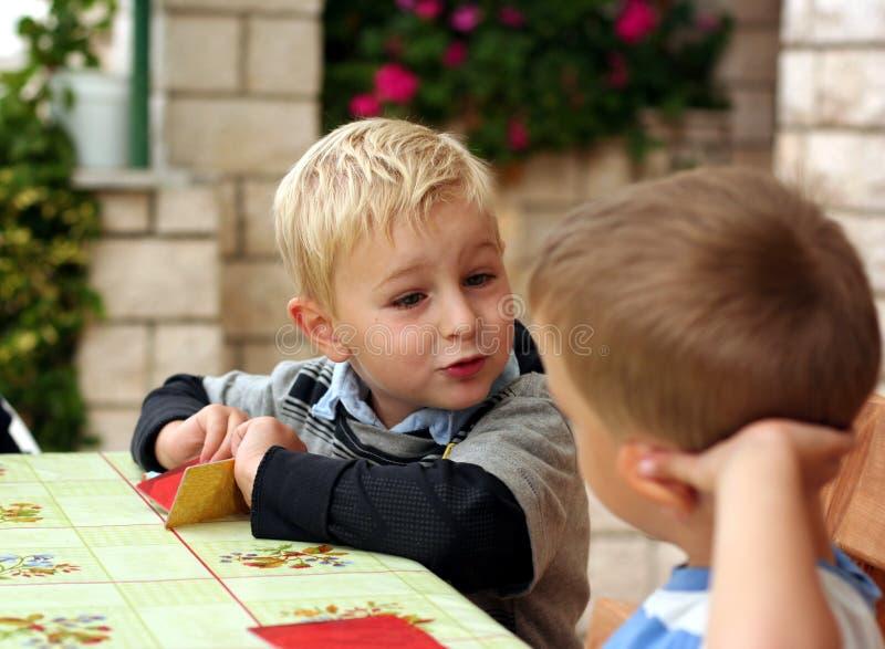Les enfants jouent un jeu de table image libre de droits