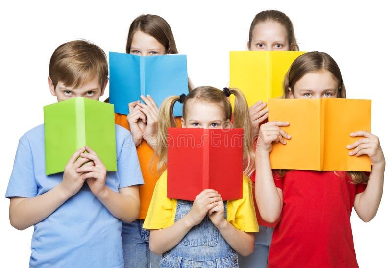 Les enfants lisant les livres ouverts, école badine des yeux de groupe, couvertures vides image stock