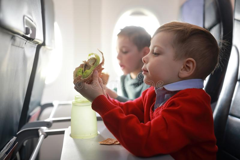 Les enfants mangent sur l'avion photo libre de droits