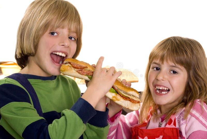 Les enfants mangent un sandwich image libre de droits