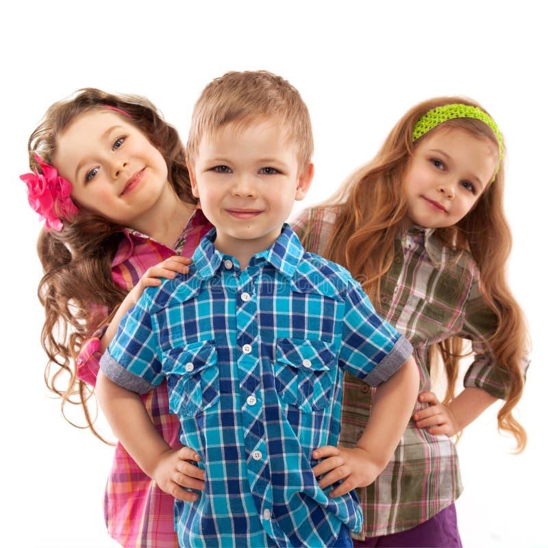 Les enfants mignons de mode se tiennent ensemble photographie stock libre de droits