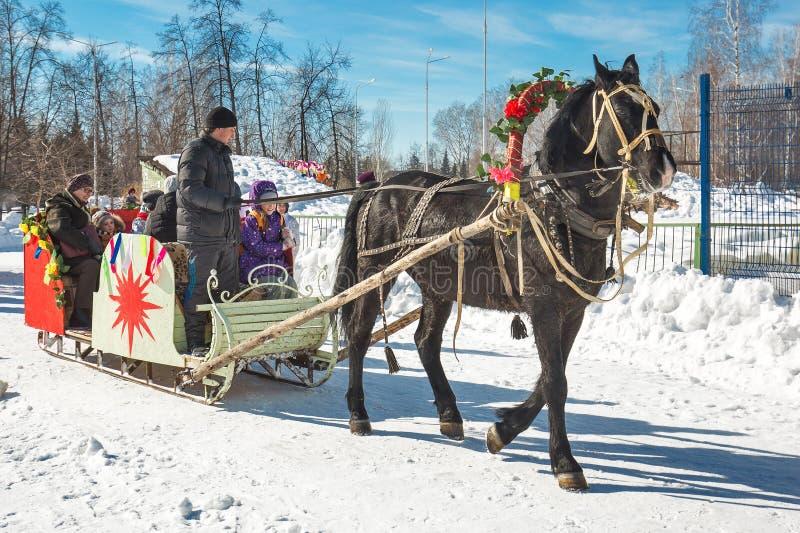 Les enfants montent sur un traîneau tiré par un cheval La Sibérie occidentale images stock