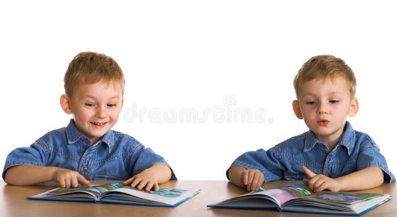 Les enfants ont affiché le livre image libre de droits