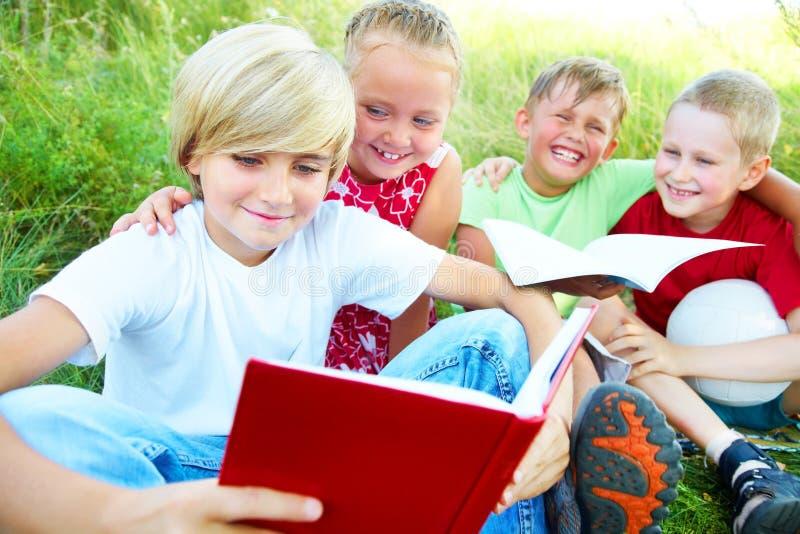 Les enfants ont affiché un livre images libres de droits