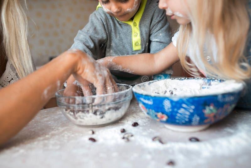 Les enfants ont l'amusement avec des enfants à la cuisine photos stock