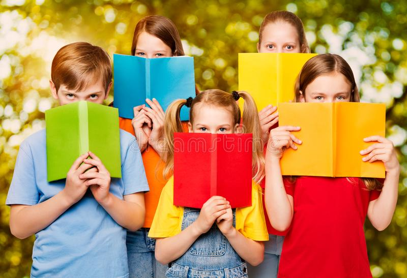 Les enfants ont lu les livres, groupe de yeux d'enfants derrière le livre vide ouvert C photos stock